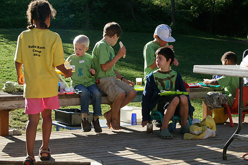 kids eating breakfast at diy family camp